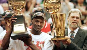 Michael Jordan (L) and Chicago Bulls head coach Ph